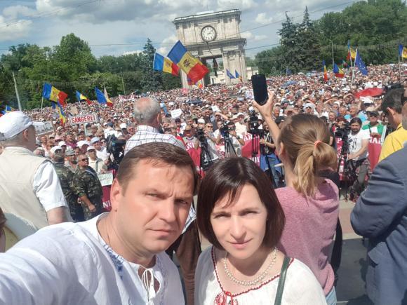 Andrei Nastase (aici alaturi de Maia Sandu) nu poate ocupa postul de primar al Chisinaului, castigat in alegeri
