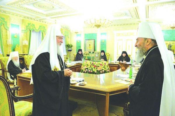 Patriarhul Kiril al Rusiei (stânga) și subalternul său din Ucraina, Mitropolitul Onufrie