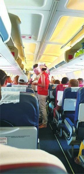 Senatorul Virginel Iordache, încercând să-și ocupe locurile rezervate în avionul care-l aducea din Antalya